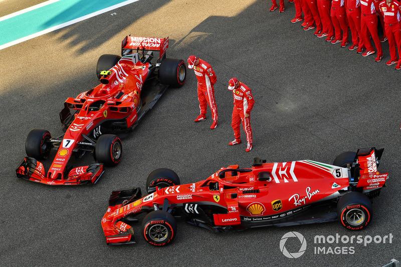 Sebastian Vettel, Ferrari e Kimi Raikkonen, Ferrari, nella foto di gruppo del team Ferrari