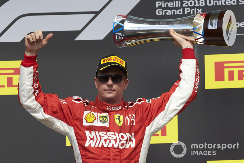 Kimi Raikkonen, Ferrari, 1° classificato, alza il trofeo, sul podio