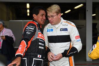 Aguri Suzuki et Mika Hakkinen lors d'un tour de démonstration des légendes de la F1