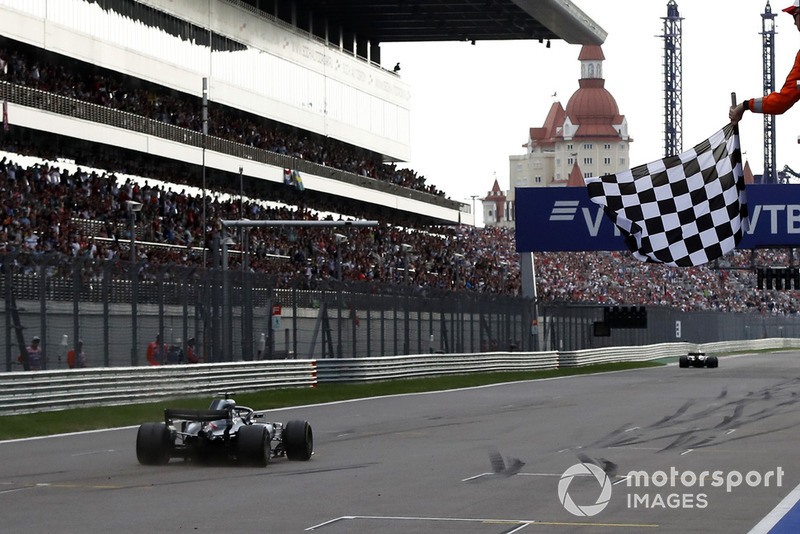 Race winner Lewis Hamilton, Mercedes-AMG F1 W09 takes the chequered flag