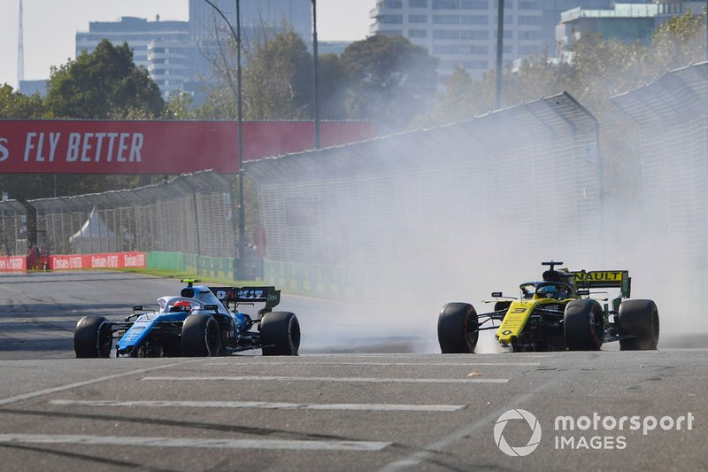 Robert Kubica, Williams FW42 and Daniel Ricciardo, Renault R.S.19 with damage after contact at the start