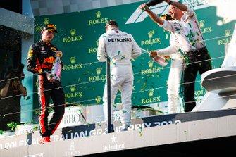 Max Verstappen, Red Bull Racing, Valtteri Bottas, Mercedes AMG F1, Lewis Hamilton, Mercedes AMG F1 y un representante de Mercedes