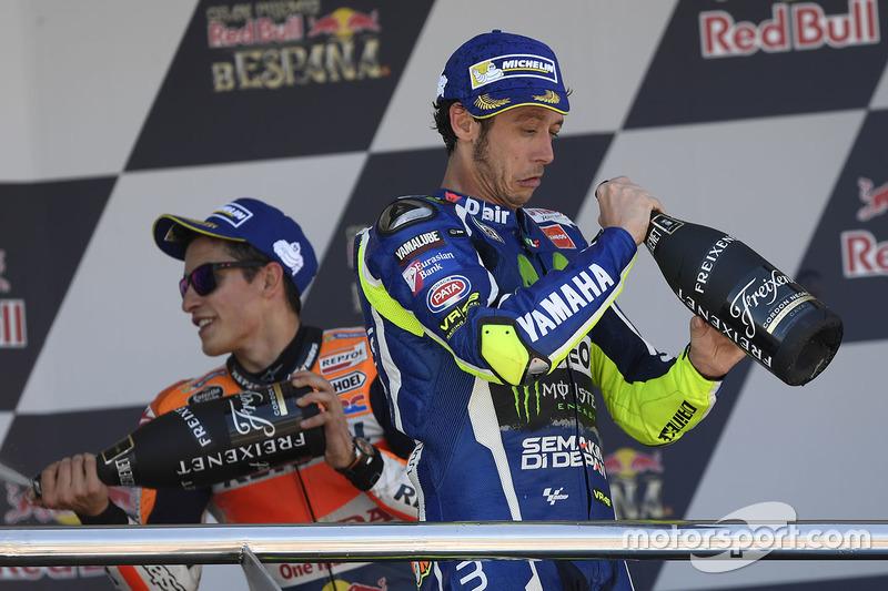 Переможець Гран Прі Іспанії Валентино Россі на подіумі