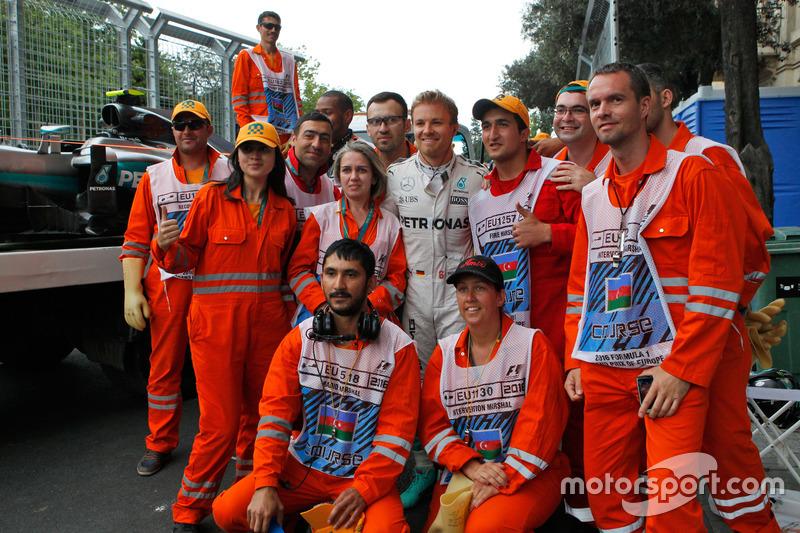 Nico Rosberg, Mercedes AMG F1 se detiene en la segunda práctica con los oficiales de pista