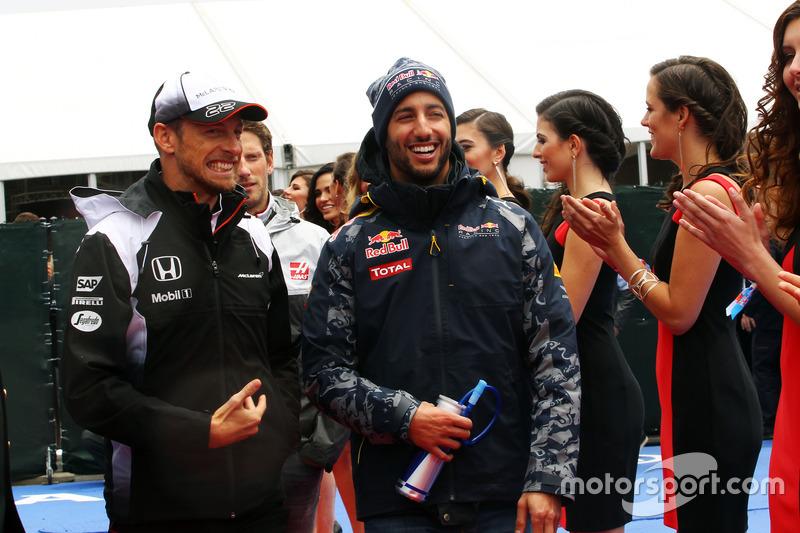 (Зліва направо): Дженсон Баттон, McLaren та Даніель Ріккардо, Red Bull Racing на параді пілотів