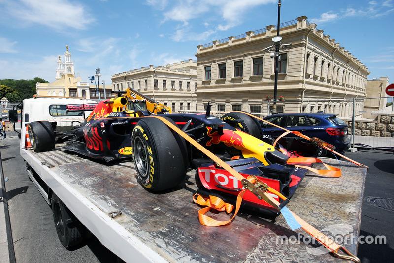 El dañado Red Bull Racing RB12 de Daniel Ricciardo, es llevado a pits en la parte trasera de una grúa