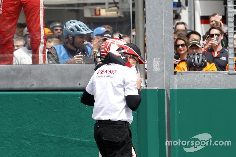 #5 Toyota Racing Toyota TS050 Hybrid: Kazuki Nakajima después de la bandera a cuadros