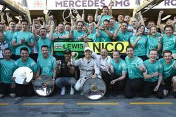 Winner Nico Rosberg, Mercedes AMG F1 Team, second place Lewis Hamilton, Mercedes AMG F1 Team celebrate with the team