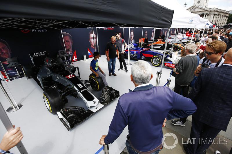 Юний уболівальник, Haas F1 Team VF-17