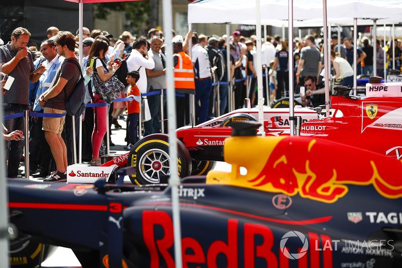 El Red Bull Racing RB13, en el stand de los equipos