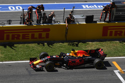 Daniel Ricciardo, Red Bull Racing RB13 passe la ligne