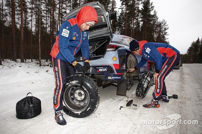 Thierry Neuville, Nicolas Gilsoul, Hyundai Motorsport,  trabajan en el coche
