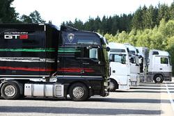 Lastwagen im Fahrerlager