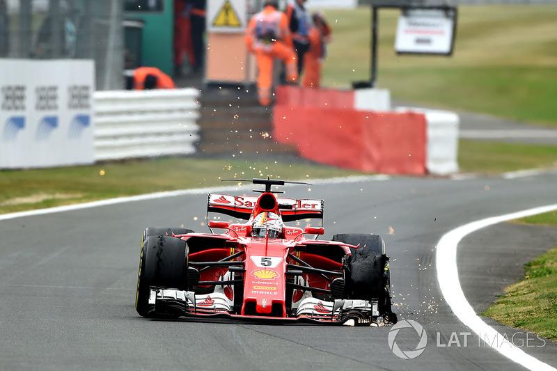 Sebastian Vettel, Ferrari SF70H, neumático delantero destrozado