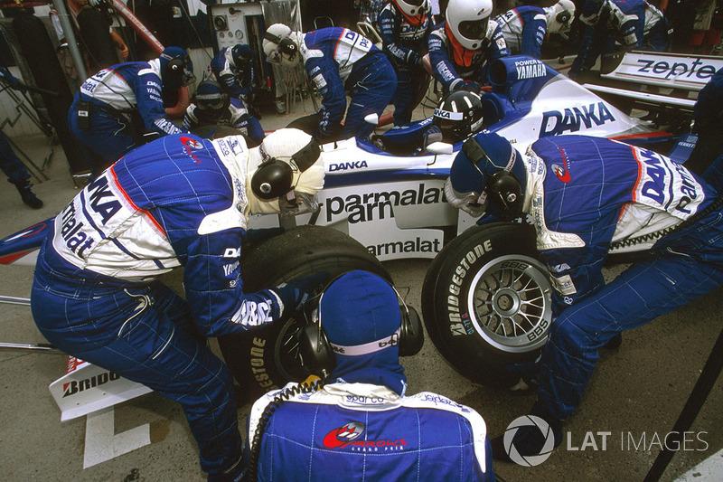 Times dentro das garagens durante a corrida