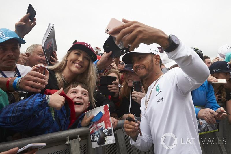 Lewis Hamilton, Mercedes AMG F1 se toma una foto con un fan