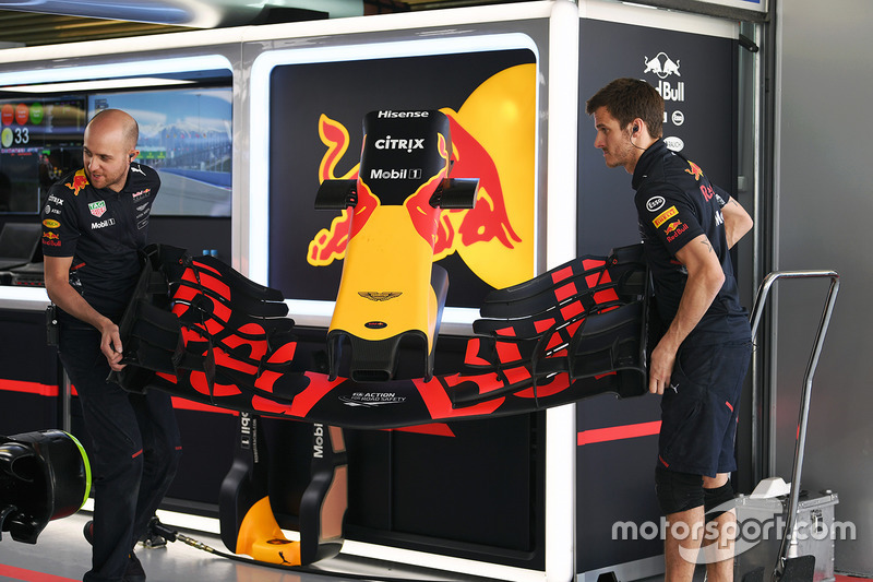 Red Bull Racing mechanic and Red Bull Racing RB13 front wing