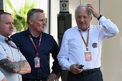Ведущий Sky TV Джонни Херберт и гоночный директор Ф1 Чарли Уайтинг