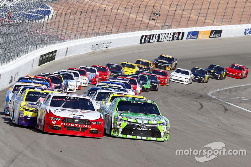 Reinicio: Daniel Suárez, Joe Gibbs Racing Toyota, Joey Logano, Team Penske Ford