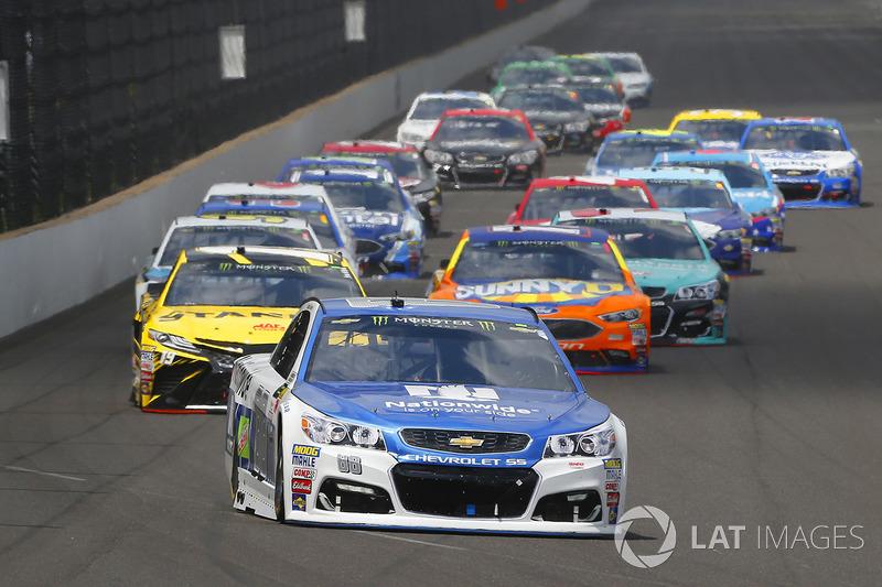 Dale Earnhardt Jr., Hendrick Motorsports Chevrolet, Daniel Suarez, Joe Gibbs Racing Toyota