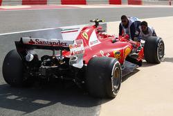 La voiture de Kimi Raikkonen, Ferrari SF70H, après sin immobilisation en piste