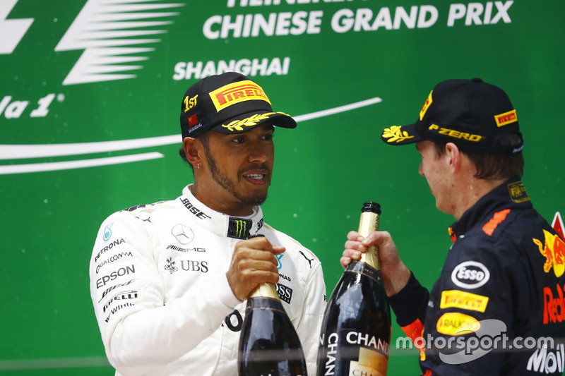 Podium: 1. Lewis Hamilton, Mercedes AMG; 3. Max Verstappen, Red Bull Racing, spritzen Champagner