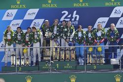 Podium : les vainqueurs Timo Bernhard, Earl Bamber, Brendon Hartley, Porsche Team, les deuxièmes, Ho-Pin Tung, Oliver Jarvis, Thomas Laurent, DC Racing, les troisièmes, Mathias Beche, David Heinemeier Hansson, Nelson Piquet Jr., Vaillante Rebellion Racing