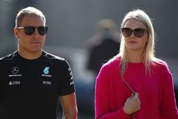 Гонщик Mercedes AMG F1 Валттери Боттас с женой Эмилией