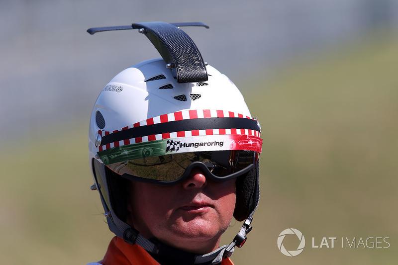 [Imagen: f1-hungarian-gp-2017-marshal-with-helmet.jpg]