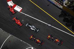 Старт гонки: Кими Райкконен и Себастьян Феттель, Ferrari SF70H, Валттери Боттас, Mercedes AMG F1 W08