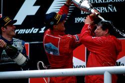 Winnaar Michael Schumacher, Ferrari F310 met Jean Todt en Jacques Villeneuve, Williams