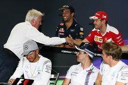 Charlie Whiting da la mano a Sebastian Vettel, Ferrari en la rueda de prensa de la FIA