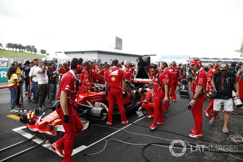 رايكونن يبلغ الفريق عن مشكلة في المحرك وهو يتجه إلى شبكة الانطلاق