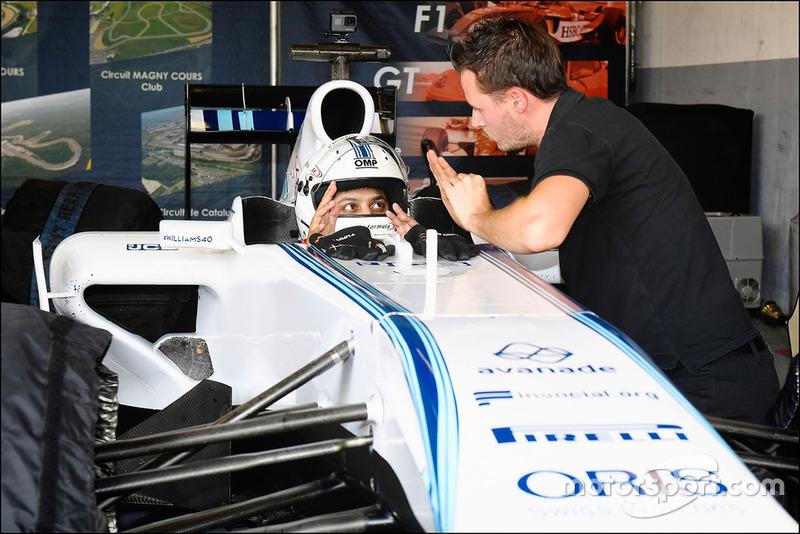 Een Smartphone-gamer test een Williams F1-wagen