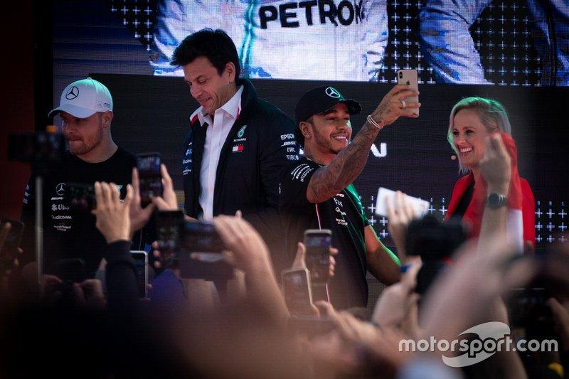 Toto Wolff, Mercedes AMG F1 Director of Motorsport, Lewis Hamilton, Mercedes AMG F1, Valtteri Bottas, Mercedes AMG F1