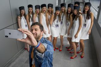 Chicas de la parrilla y el blogger Amiran Sardarov