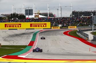 Pierre Gasly, Scuderia Toro Rosso STR13, Romain Grosjean, Haas F1 Team VF-18