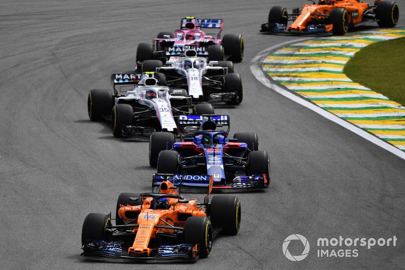 Фернандо Алонсо, McLaren MCL33 попереду Брендона Хартлі, Scuderia Toro Rosso STR13, Сергія Сироткіна, Williams FW41, Ленса Стролла, Williams FW41 та Естебана Окона, Racing Point Force India VJM11