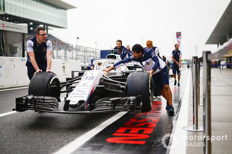 Механики Williams и автомобиль FW41 Лэнса Стролла