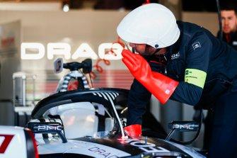A mechanic with the car of Jose Maria Lopez, GEOX Dragon Racing, Penske EV-3