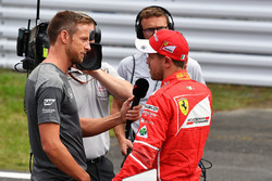 Sebastian Vettel, Ferrari habla con Jenson Button, en parc ferme