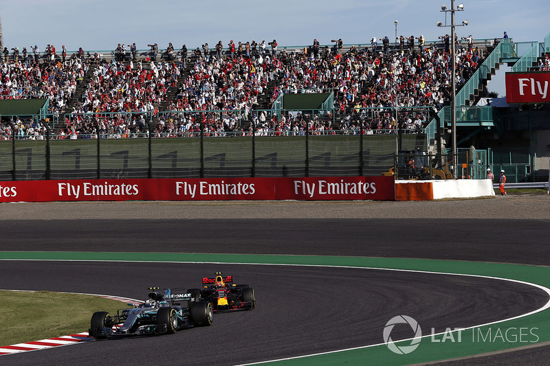 Valtteri Bottas, Mercedes-Benz F1 W08 and Max Verstappen, Red Bull Racing RB13 battle for position