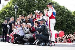 Alejandro Agag, CEO Formula E festeggia con i piloti