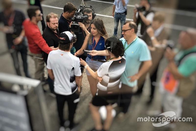 Iker Viana, cámara de televisión de Movistar F1, grabando a Fernando Alonso