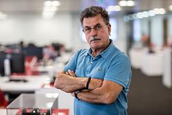 Rainer W. Schlegelmilch im Büro von Motorsport Network