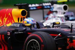 Daniel Ricciardo, Red Bull Racing RB12, dépasse Valtteri Bottas, Williams FW38
