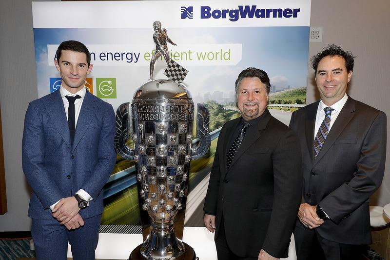 Indy 500 ganador 2016 Alexander Rossi con el trofeo Borg-Warner trophy y el dueño del equipo Michael Andretti y Bryan Herta