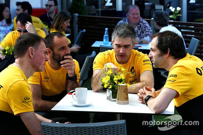 Alan Permane, Director de operaciones de Renault Sport F1 equipo en tierra con Cyril Abiteboul, Renault Sport F1 Director General Nick Chester, Director de técnico de Renault Sport F1 Team chasis y Ciaron Pilbeam, Renault Sport F1 Team carrera Ingeniero