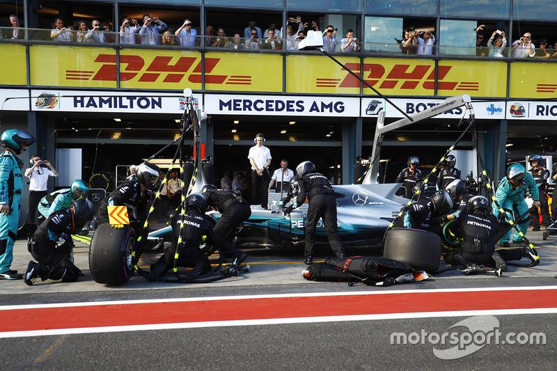 Lewis Hamilton, Mercedes AMG F1 W08, hace un pit stop