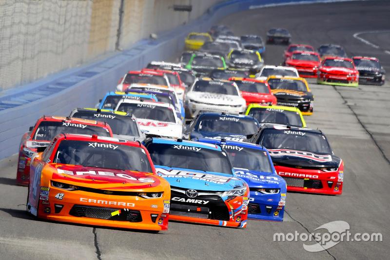 Kyle Larson, Chip Ganassi Racing, Chevrolet; Kyle Busch, Joe Gibbs Racing, Toyota